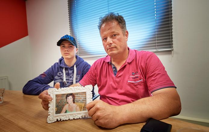 Frank van Dijk en zijn zoon Wessel met een foto van Jet. De 44-jarige echtgenote en moeder overleed vorig jaar nadat ze in verpleeghuis Landrijt in Eindhoven door een medebewoner overgoten werd met kokend water.