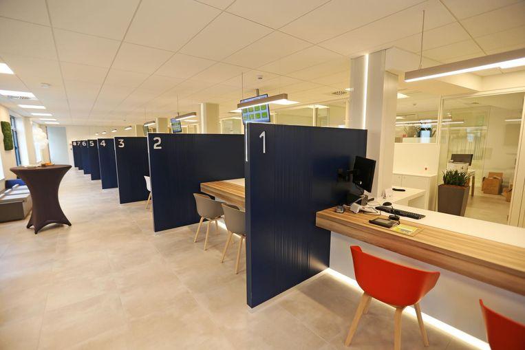 De vernieuwde balie beschikt voortaan over 8 aparte loketten waarbij de privacy centraal staat.