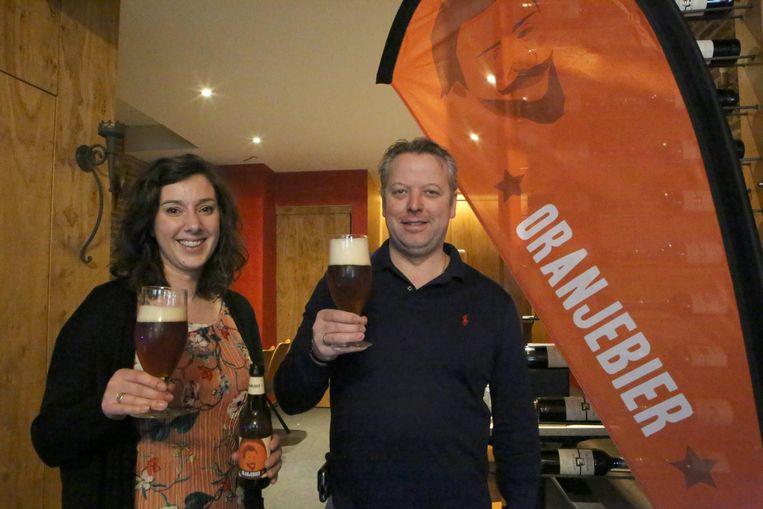 Elise Verhaegen en Jan Van Roey met het nieuwe Oranjebier.