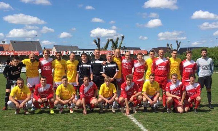 Toen was er nog geen vuiltje aan de lucht: net voor de match gingen de spelers van SK Staden (met rood-witte uitrusting) graag op de foto met hun tegenstrevers.. Pieter-Jan zit gehurkt, centraal op de foto, ietwat steunend met z'n rechterhand op de middellijn.