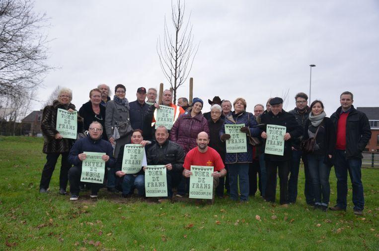 Het feestcomité 'Toer de Frans' in 2016 tijdens een protestactie bij de pas aangeplante boompjes.