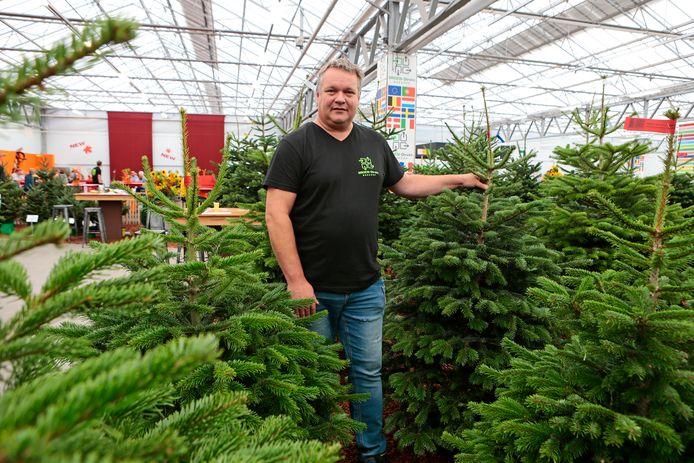 De kerstbomenshow is al gestart in Hazerswoude. Kees van Aalst is de grote kerstbomenexpert.