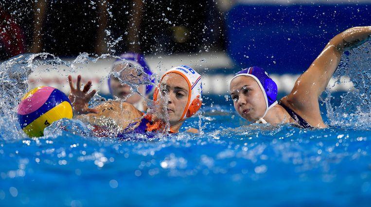 Sabrina van der Sloot vecht om de bal met haar Russische tegenspeelster Maria Bersneva. Beeld EPA