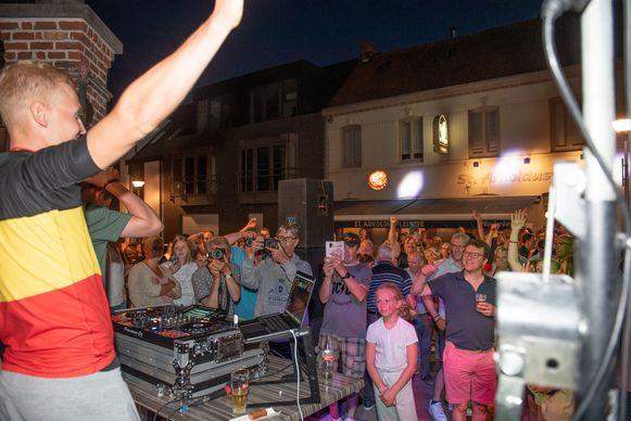 Tim Merlier, de nieuwe Belgische wielerkampioen, werd door zijn supporters op het Wortegemplein als een held onthaald.