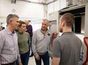 Bezoekers van Baan zoekt Boer krijgen uitleg over een freesmachine van Hermie.