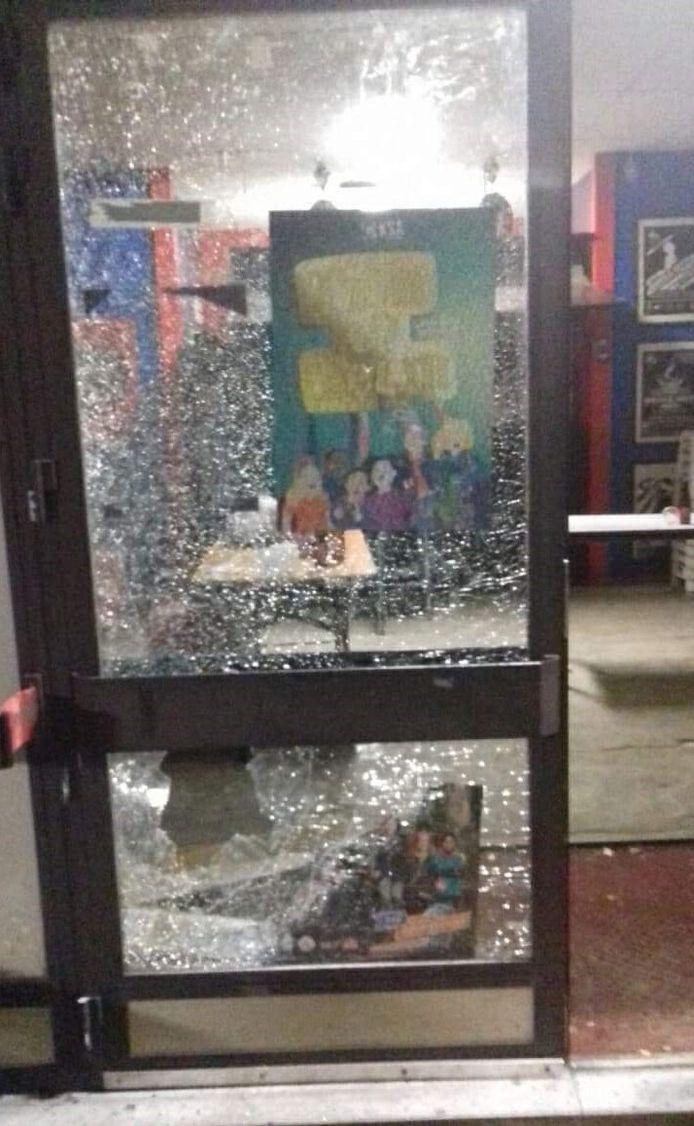 Een vandaal gooide het glas van de toegangsdeur aan diggelen.