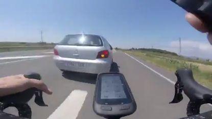 Levensgevaarlijk: fietser filmt hoe auto hem met hoge snelheid pas afsnijdt en aantikt