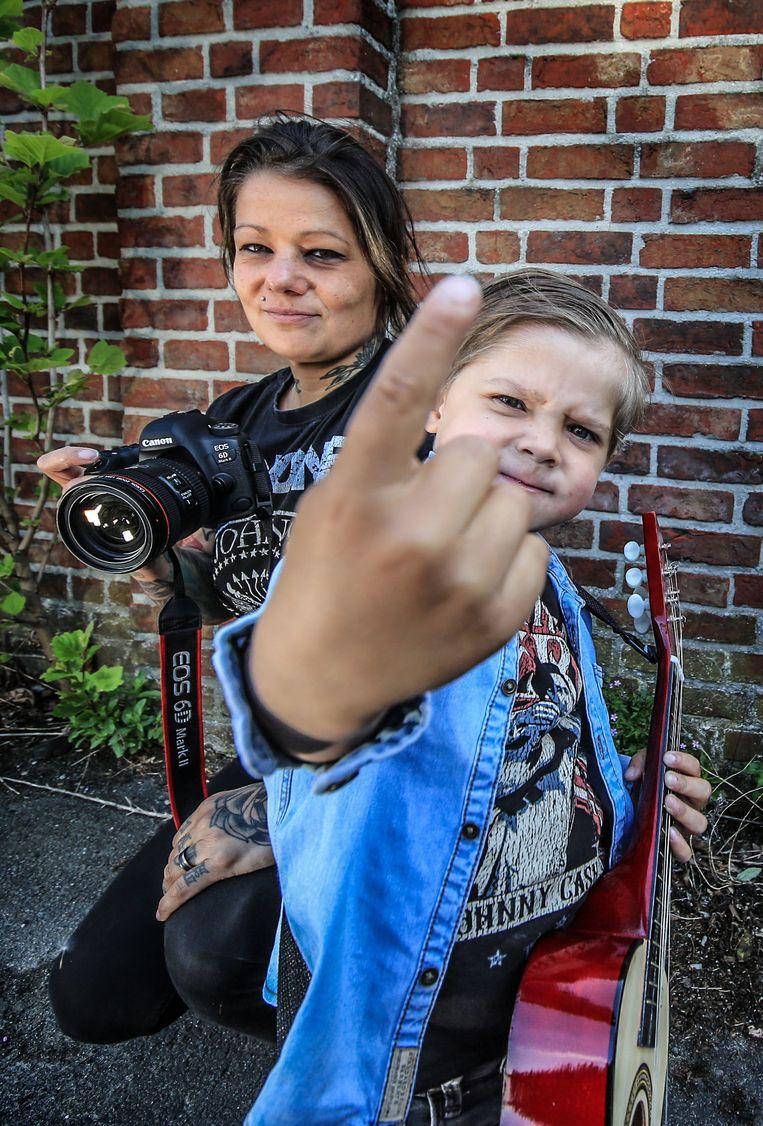Cindy Frey en haar zoontje Jett, die graag Johnny Cash nabootst.