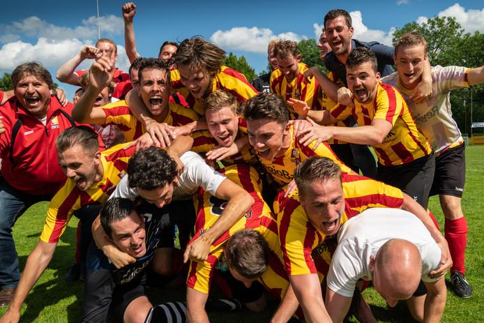 Nederland,  Helvoirt, het Liempdse Dvg won van daag met 3-1 van Gudok en promoveerde naar de drde klasse KNVB.