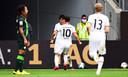 Kamada feest met zijn ploeggenoten na de winnende 2-1 tegen Wolfsburg.