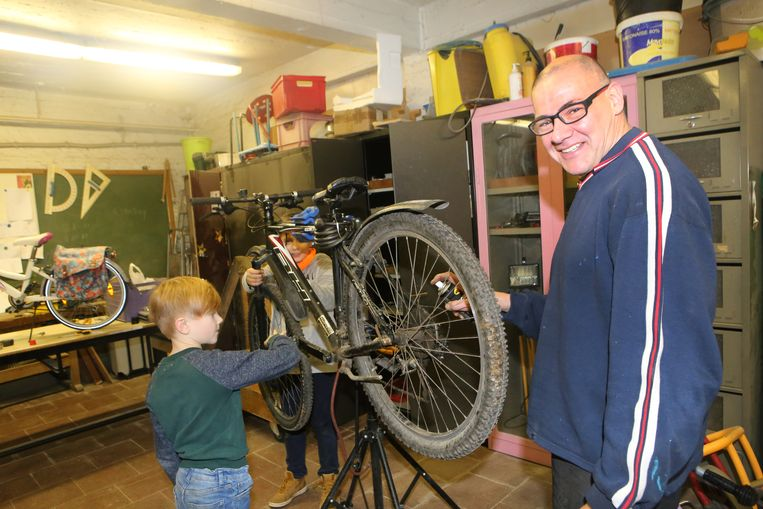 Klusjesman Eddy gaf de fietsen van de leerlingen een gratis nazicht.