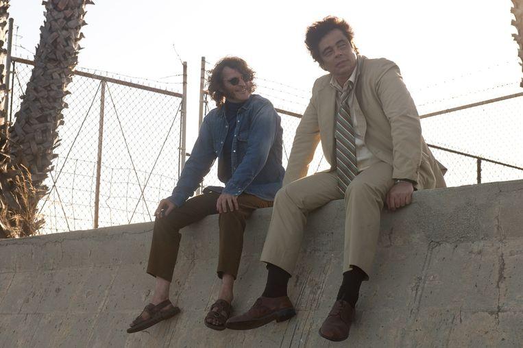 Joaquin Phoenix en Benicio del Toro in Inherent Vice. Beeld Wilson Webb