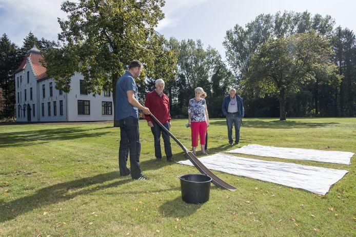 Mark Ros van de Stichting Open Monumentendag Haaksbergen laat zien waar Villa De Bleeck haar naam aan dankt.