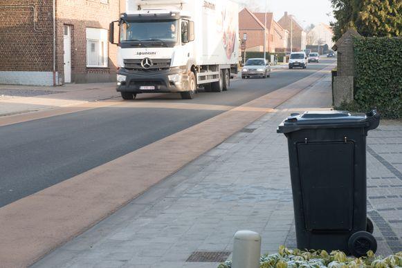 In deze vuilnisbak heeft de politie de digitale flitser verstopt. In het straatbeeld valt die helemaal niet op.