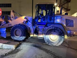 Ontslagen werknemer steelt bulldozer en sloopt ruim 50 gloednieuwe Mercedes-busjes