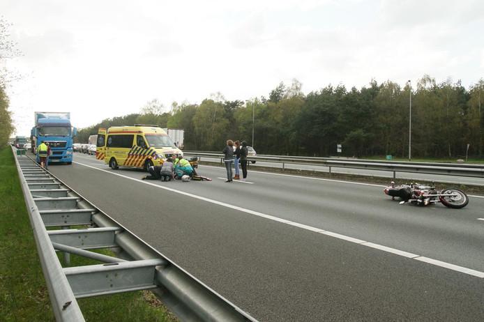 De motor belandde enkele meters voorbij de vrouw. Zij is behandeld door hulpdiensten en omstanders.