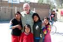 Theo Raaijmakers tussen enkele van de Boliviaanse straatkinderen voor wie hij zich al decennialang heeft ingezet.
