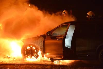 Bestuurder weet uit brandende auto te komen op Emerparklaan Breda