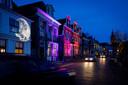 De gevels in Blokzijl zijn nog tot en met zondagavond van een kleurtje of object voorzien.