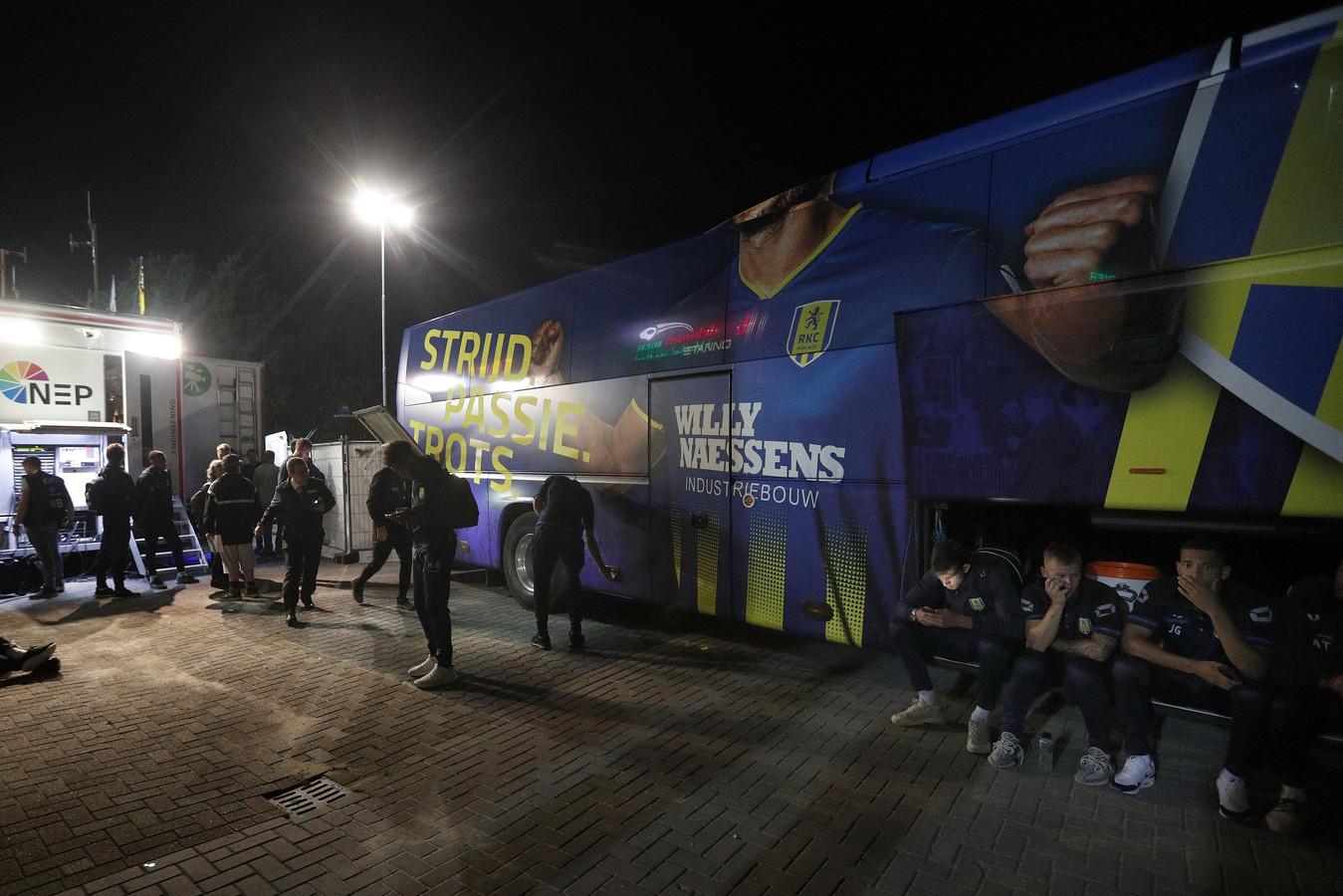 De spelersbus van RKC wilde niet meer starten na de nederlaag in Venlo.