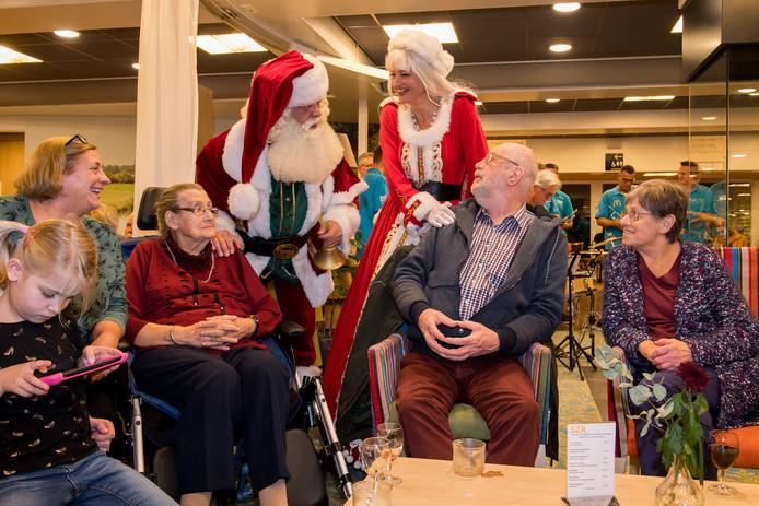 De Kerstman en Kerstvrouw bezoeken de Vrijtho.