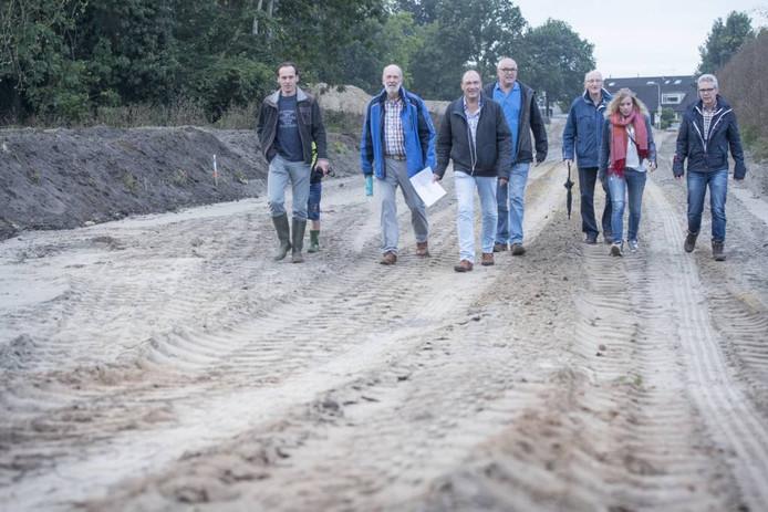 Vol boosheid en ongeloof inspecteren de werkgroepleden de randweg bij Hellendoorn.