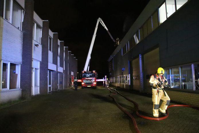 De brandweer is druk met het blussen van de brand aan de Wattstraat.
