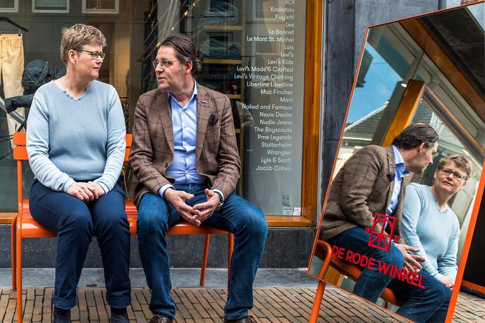 Thom Broekman, ondernemer in de binnenstad (onder meer de Rode Winkel) in gesprek met Heleen de Boer, lijsttrekker GroenLinks.