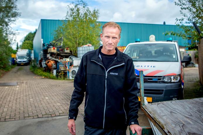 Lambert Wimmer met achtergrond zijn pand wat hij verhuurd had, waar nu een drugslab in is gevonden.