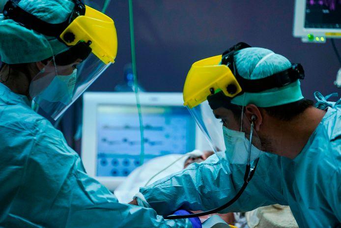 Medisch personeel aan het werk in een ic van een Brussels ziekenhuis.