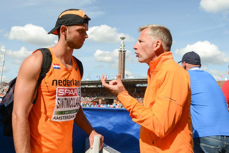 Coach Vince de Lange met tienkamper Eelco Sintnicolaas, tijdens de EK atletiek van 2016 in Amsterdam. Beeld Soenar Chamid / Hollandse Hoogte