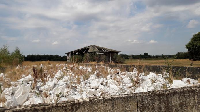 Het erf van de boerderij aan de Strijbeekseweg, met op de achtergrond de half ingestorte mestsilo.