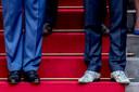 Ook tijdens de bordesscène na de beëdiging van kabinet-Rutte III stond De Jonge met zijn kenmerkende schoenen naast koning Willem-Alexander.