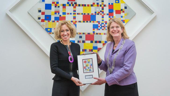 Burgemeester Krikke krijgt postzegel in museum