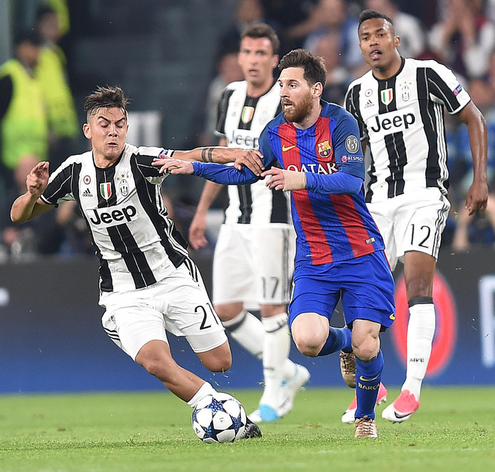 Paulo Dybala in duel met Lionel Messi.
