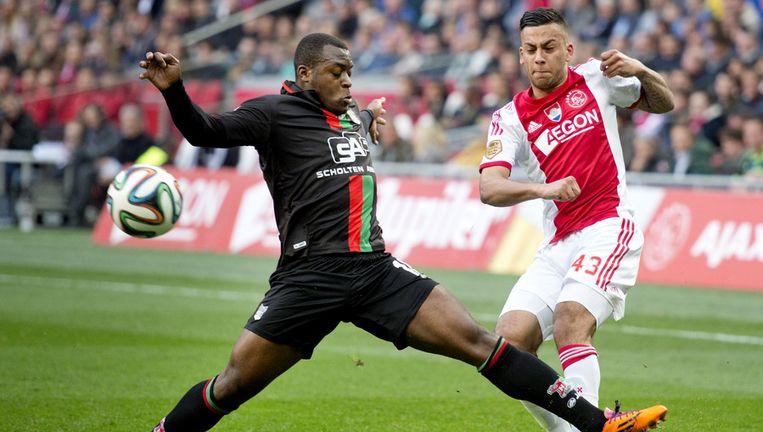Ajax-speler Ricardo Kishna (R) in duel met Danzell Gravenberch van NEC. Beeld anp