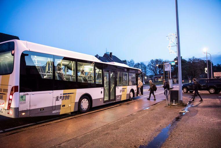 Een moment van opluchting: daar is de bus (eindelijk)!