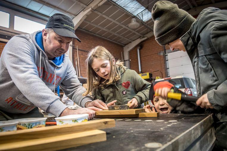 Kinderen steken de handen uit de mouwen op de 'Kersttimmer-en doe'-activiteit van natuurpunt Mandelstreke in Roeselare.