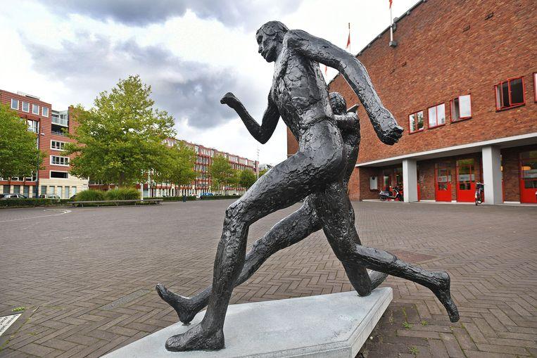 Het standbeeld van Johan Cruijff bij het Olympisch Stadion. Beeld null