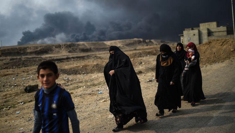 Iraakse families op de vlucht voor IS in de buurt van Mosul. Beeld afp