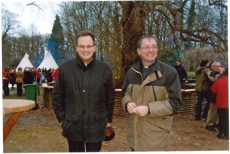 Van den Hout (rechts) met Harold van Overbeek, kapelaan in Ommel. Beeld