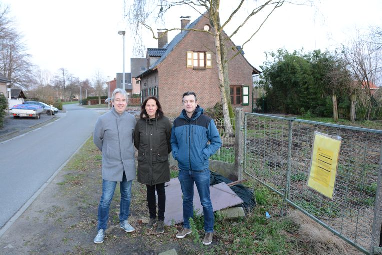 Bart Van Heeschvelde, Roos Verschraege en Ingo Sterck bij de plaats waar de nieuwe wijk zal ontsluiten op het smalle baantje van de Merlanstraat.