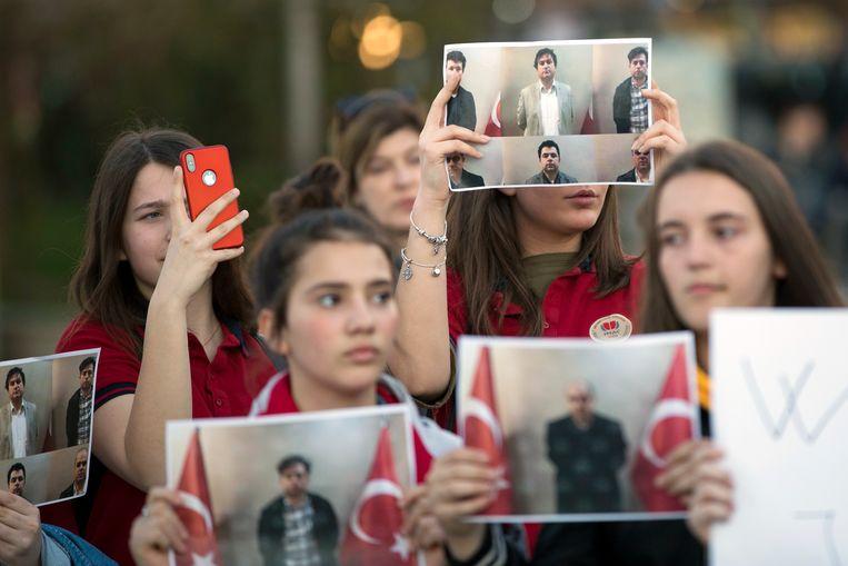 Studenten van het Mehmet Akif College in Kosovo protesteren tegen de 'ontvoering' van hun leraar door Turkije. Beeld AP