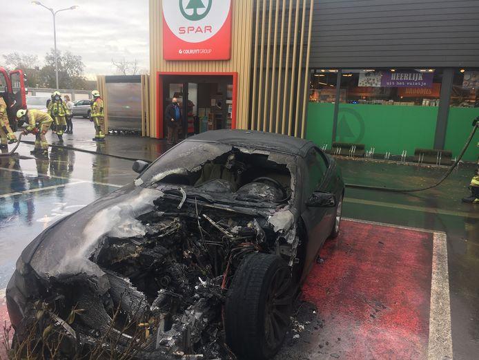 De BMW 630 cabrio brandde uit op de parking van Spar in Lichtervelde.