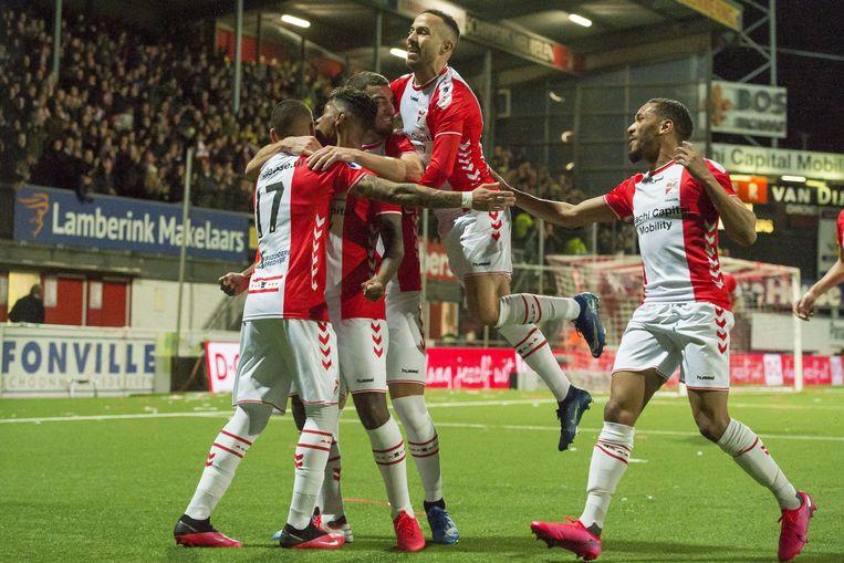 De Emmen-spelers Sergio Pena, Miguel Araujo Michael Heylen, Kerim Frei  en Michael Chacon vieren een doelpunt tegen Willem II, zaterdagavond aan De Oude Meerdijk.  Beeld ANP Sport