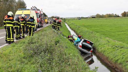 Hoogbejaarde Nederlandse vrouw wordt na 18 uur in de sloot gered uit haar auto