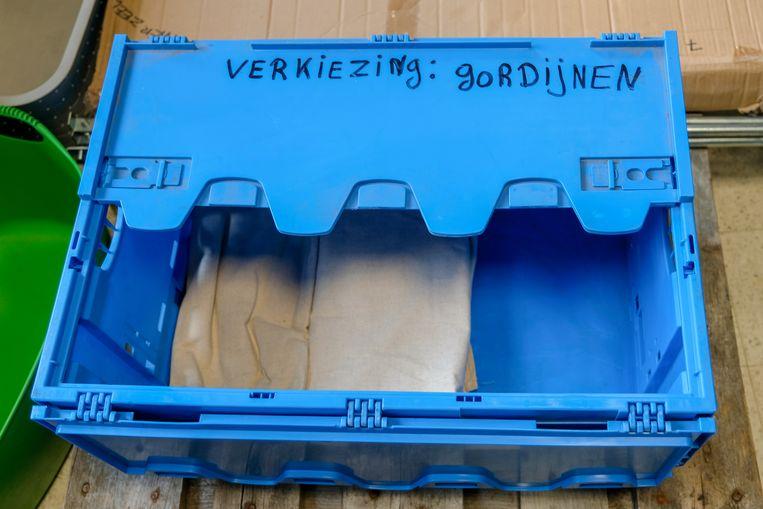 Materiaal voor de kieshokjes wordt van onder het stof gehaald.