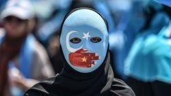 Zijn uw extensions van een Chinese moslima gepikt? Amerikanen onderscheppen 13 ton haar dat uit heropvoedingskampen zou komen