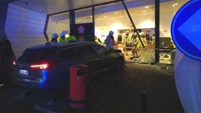 Auto rijdt shop binnen aan tankstation E40: één dode