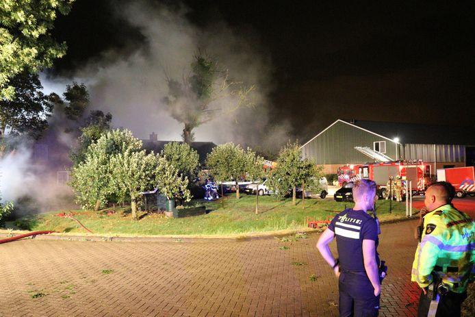 De rieten kap van een woonboerderij aan de Lopikerweg West staat in brand.